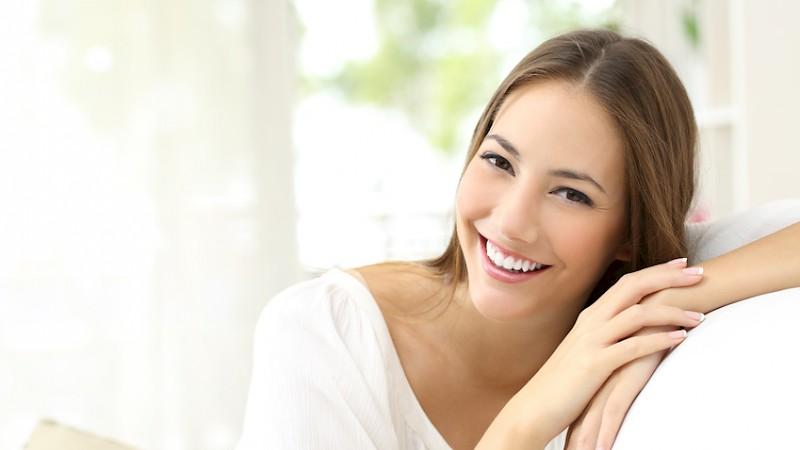 Zufriedene Patientin beim Zahnarzt