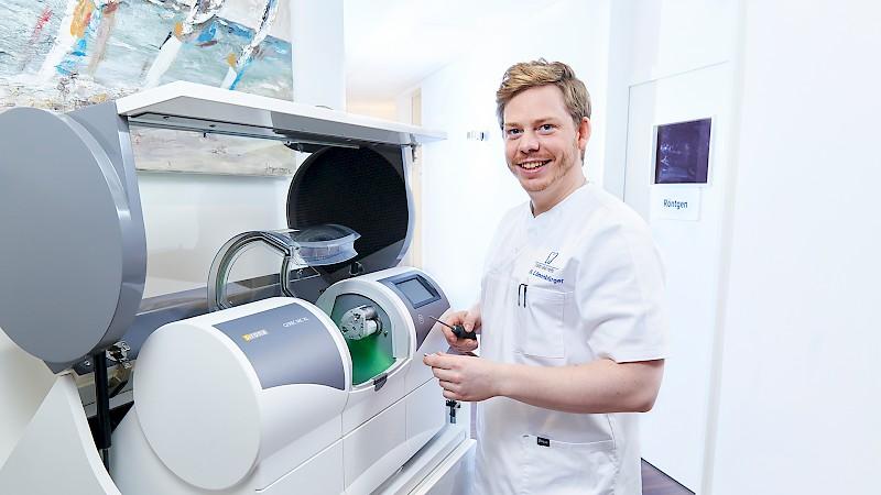 CEREC Gerät wird von Zahnarzt bedient